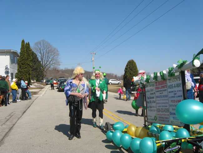 /pictures/ST Pats Float 2009 - No snow our guys keep draging/IMG_1391.jpg